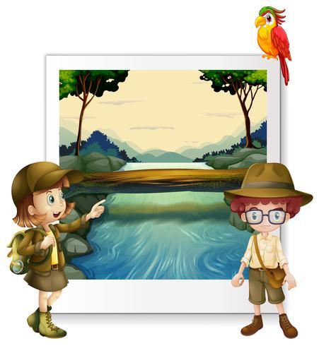 Jongen en meisje die door de rivier kamperen