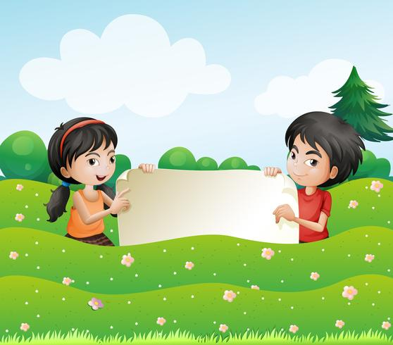 Un niño y una niña sosteniendo un cartón vacío.