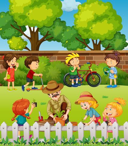 Många barn har kul i parken