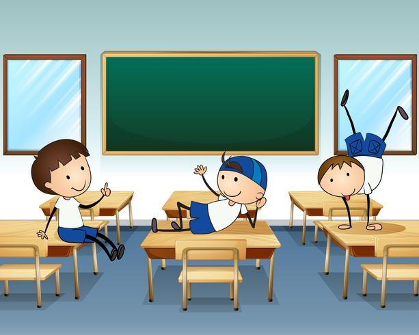 Tre killar leker inne i klassrummet