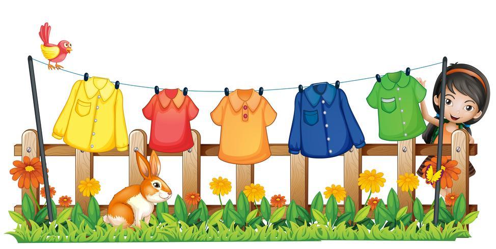 Una signora che appende i suoi vestiti nel giardino con un uccello e un coniglio vettore