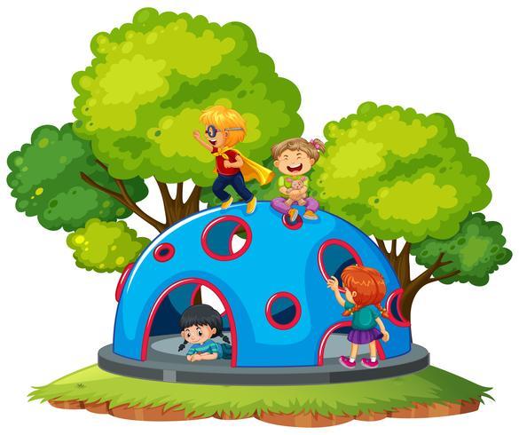 Niños jugando en la cúpula de escalada.