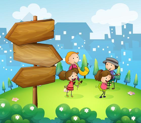 Musicisti che si esibiscono vicino alle frecce di legno