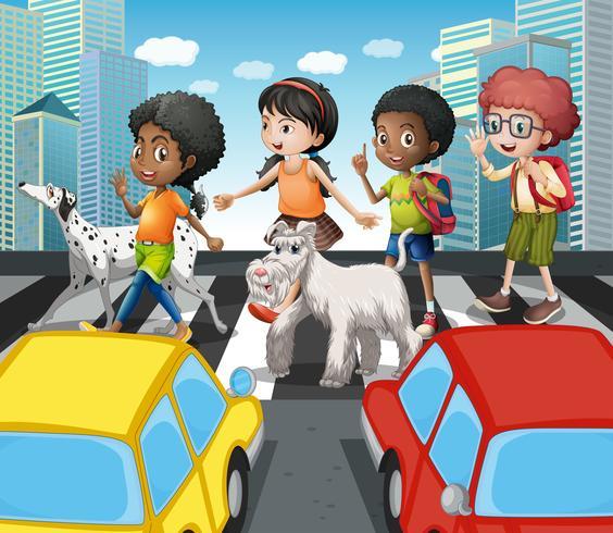 Kinder überqueren die Straße am Zebrastreifen
