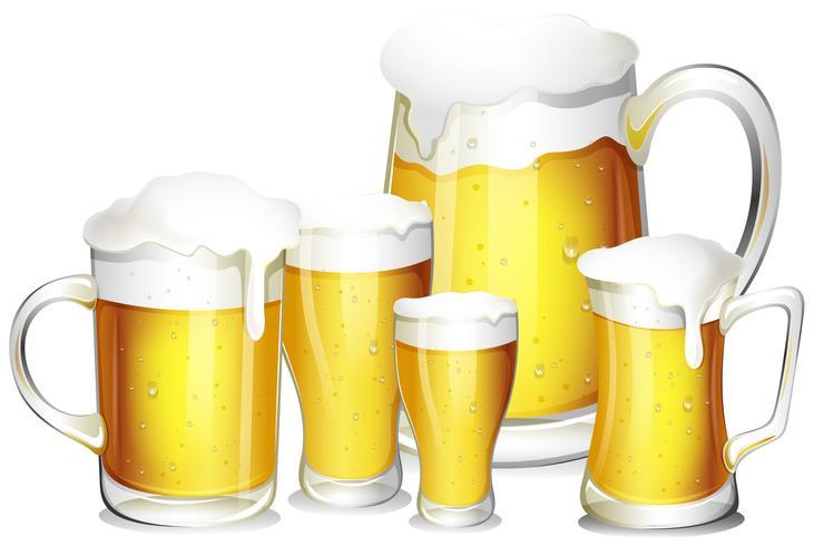Cinco vasos de cerveza fresca.