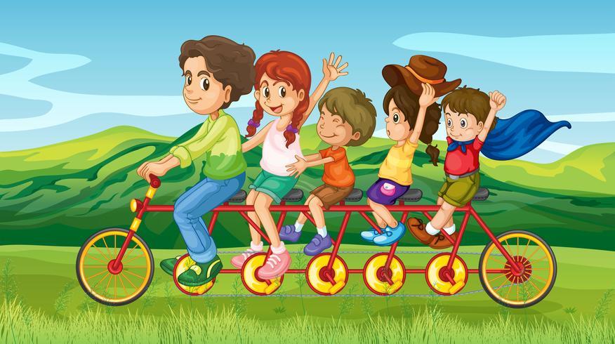 Un hombre en bicicleta con cuatro hijos.