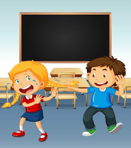 Junge, der auf Mädchen im Klassenzimmer einschüchtert