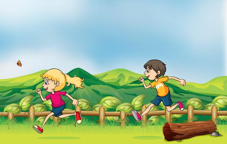 Um menino e uma menina correndo