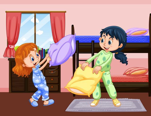 Duas garotas jogando travesseiro lutam no quarto