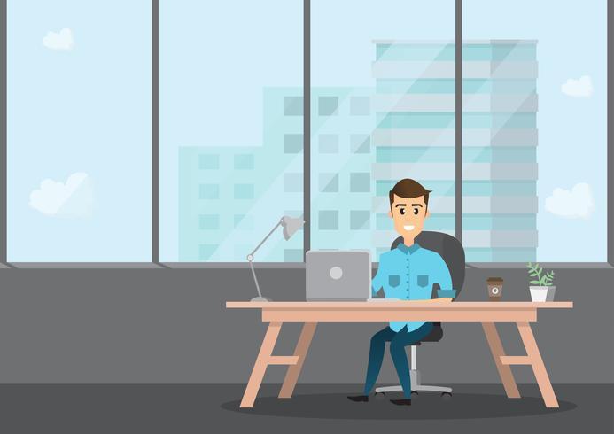empresario sonriente está sentado y trabajando en una computadora portátil en su oficina