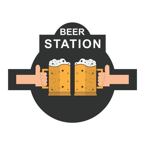 Due mani che tengono l'icona di bicchieri di birra spumeggiante tostatura.