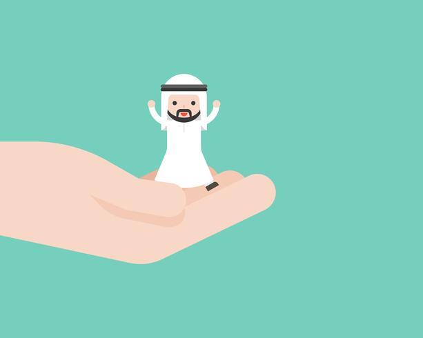 Uomo arabo sveglio felice di affari in mano del dio, concetto di situazione aziendale