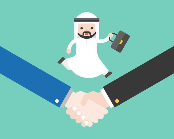 Der nette arabische Geschäftsmann, der den Aktenkoffer läuft hält, rütteln an Hand, Geschäftslage-Abkommenerfolg oder Kooperationskonzept