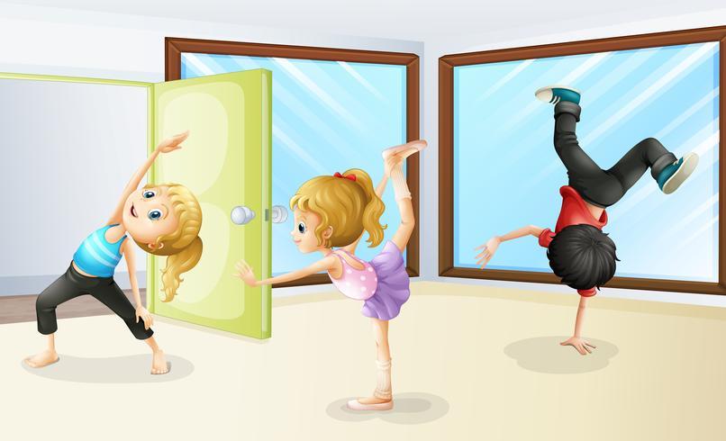Tres niños estirándose y bailando