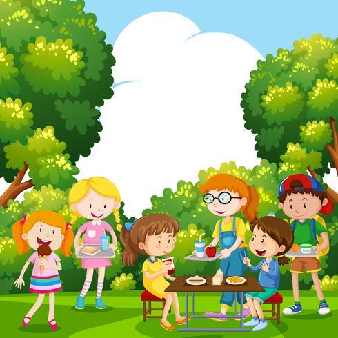 Bambini che mangiano cibo nel parco