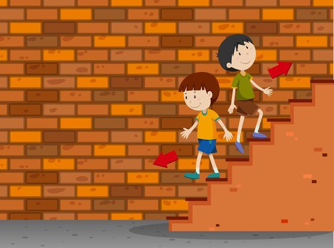 Jungen gehen die Treppe auf und ab
