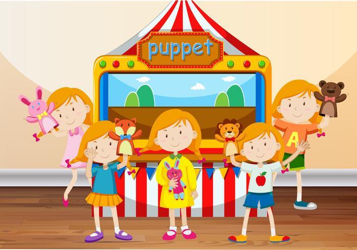 Bambini che giocano con le marionette a mano