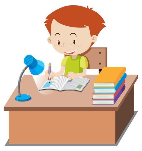 Liten pojke gör läxor på bordet