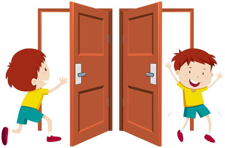 Garoto entrando e saindo pela porta