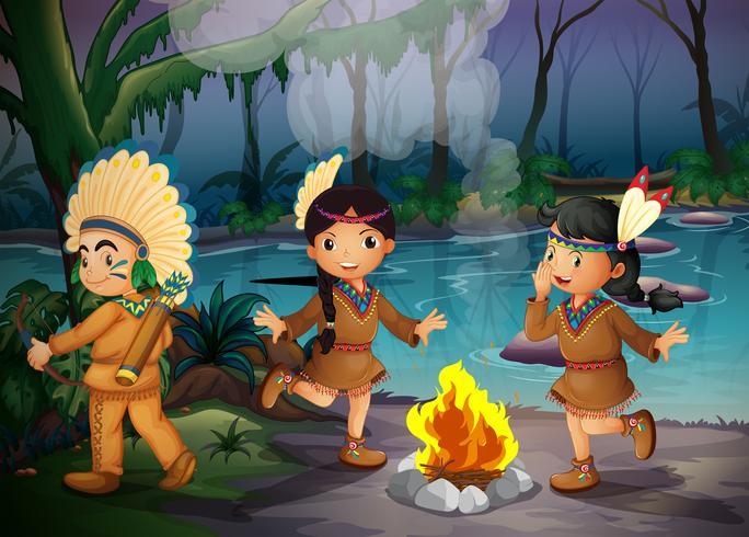 Três crianças indianas dentro da floresta