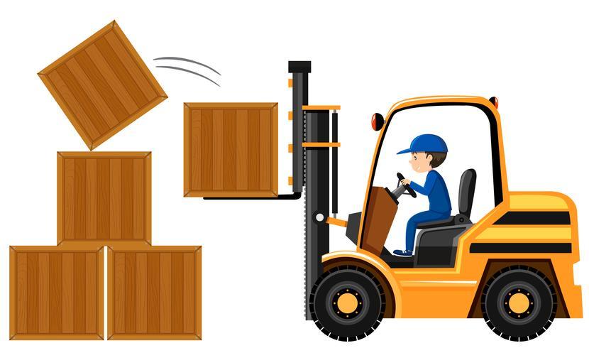 Hombre levantando cajas de madera con carretilla elevadora