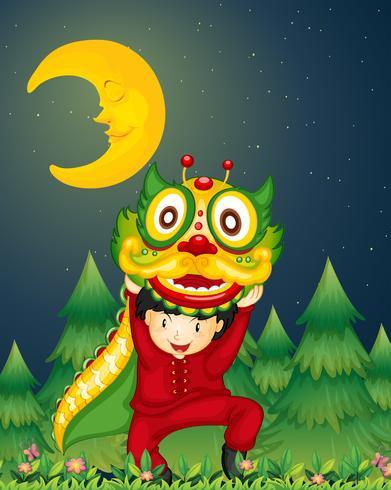 Een jonge Chinees die met een draak boven zijn hoofd danst