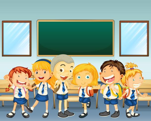 Estudiantes en uniforme de pie en el aula