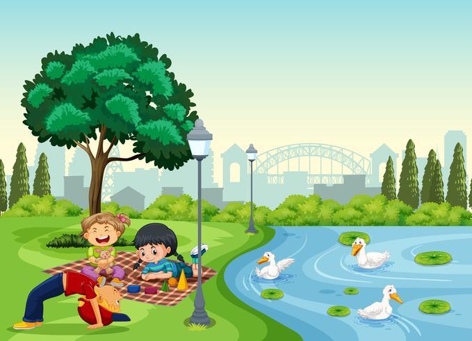 Niños relajándose en el parque