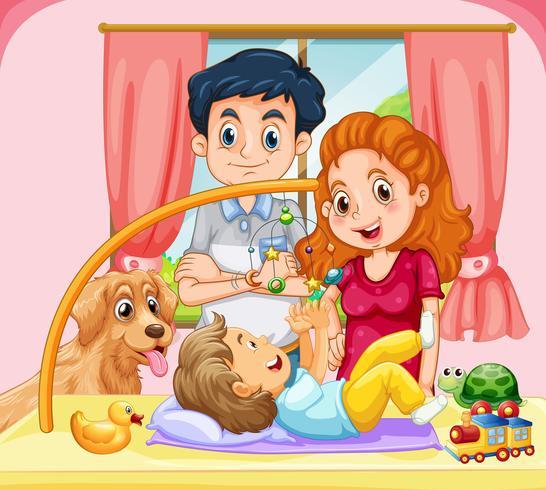 Familie met kleine baby die mobiel stuk speelgoed speelt