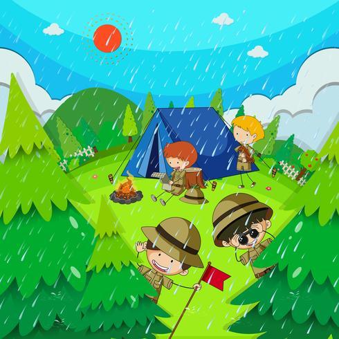 Niños acampando en el parque en un día lluvioso