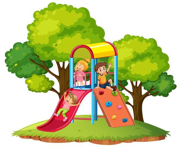Les enfants jouent au toboggan au terrain de jeu