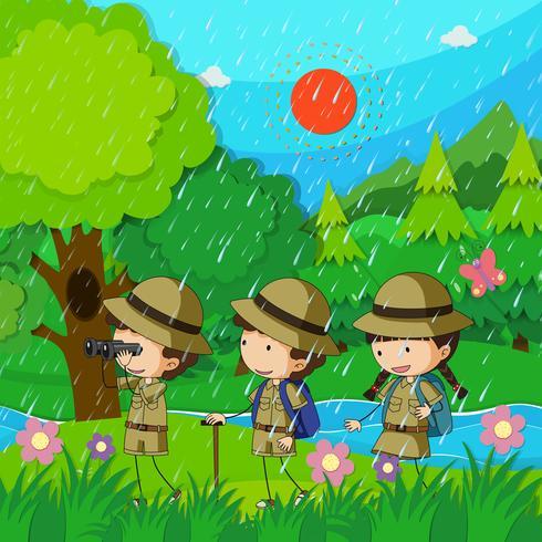 Bambini che camminano sotto la pioggia