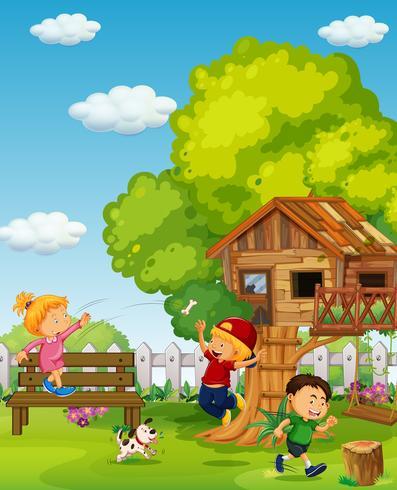 Tre barn leker i parken på dagen
