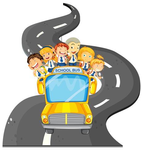 Alunos andando no ônibus escolar