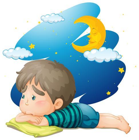 Kleiner Junge, der nachts müde fühlt
