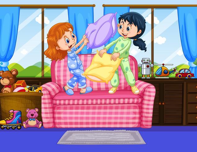Duas garotas de pijama jogando travesseiro lutam no quarto