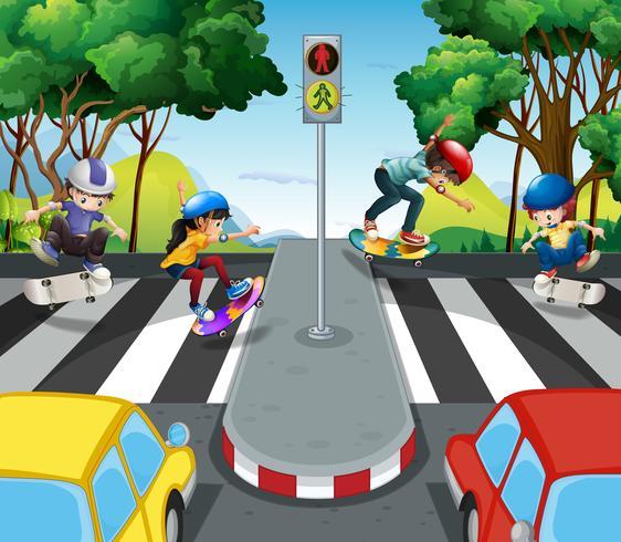 Los niños andan en monopatín por el camino