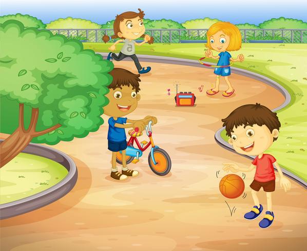 Niños jugando en el jardín