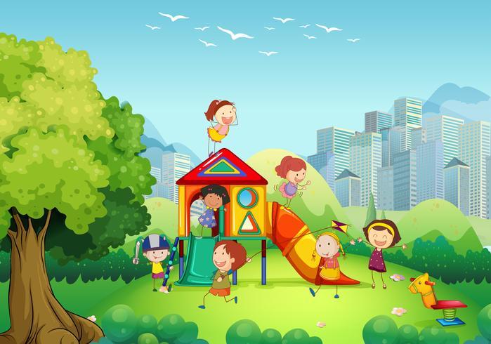 Niños jugando en el patio de recreo.
