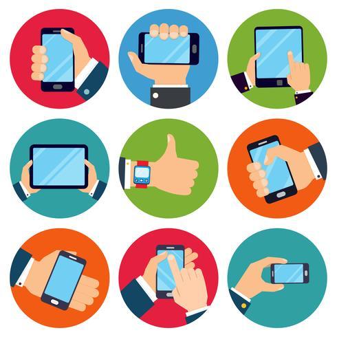 Mani che tengono i dispositivi