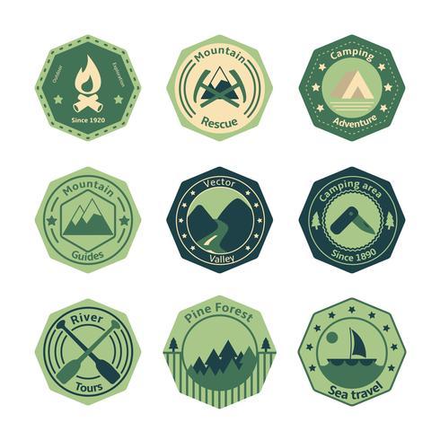 Turismo ao ar livre acampar emblemas plana vetor