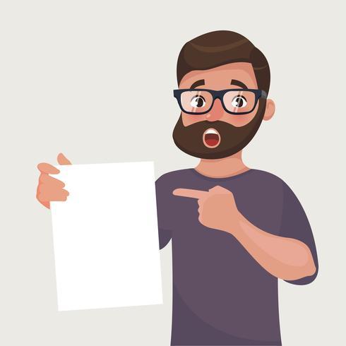 Homme à lunettes avec barbe montre une feuille de papier avec le contrat ou un autre document.