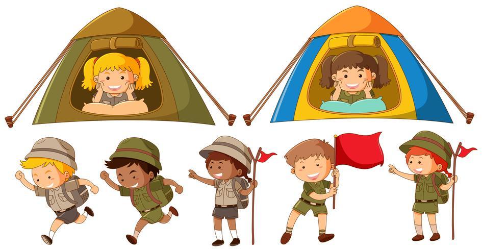 Beaucoup d'enfants en tenue de safari courir et camper sous la tente