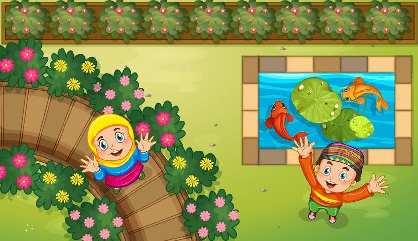 Crianças muçulmanas e peixe no jardim