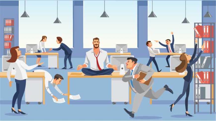 Homme d'affaires assis sur la table et garder son calme en méditation se détendre.