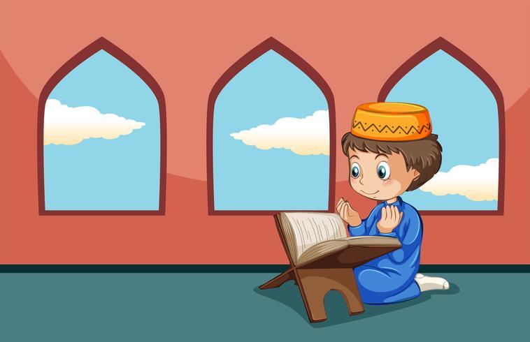 Un garçon musulman étudie à la mosquée