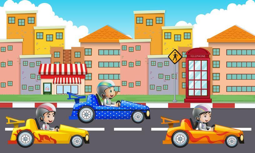 Tre bambini che guidano auto da corsa su strada