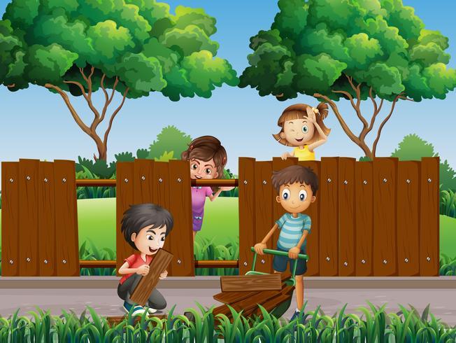 Niños arreglando la cerca en el parque