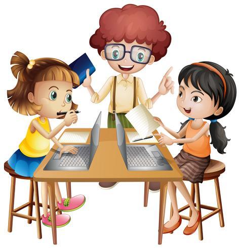 Tres niños trabajando en grupo sobre la mesa.