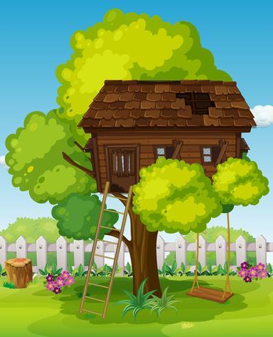Casa na árvore com balanço no parque